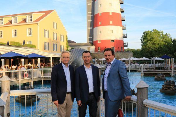 Jürgen Mack (links) und Michael Mack (rechts) begrüßten den Spitzenpolitiker Cem Özdemir im 4-Sterne Superior Hotel Bell Rock. Bild: Europa-Park
