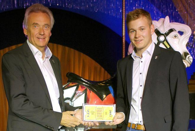 Europa-Park Inhaber Jürgen Mack (links) und Sohn Frederik freuen sich über den Golden Ticket Award 2017 (Foto: Amusement Today)
