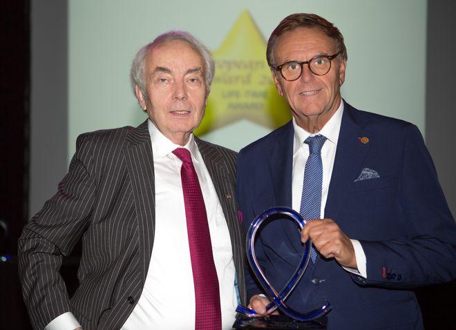 """""""Lifetime Award""""-Preisträger 2017, Dr.-Ing. h.c. Roland Mack, bekommt den Preis von Dr. Werner Stengel (li.) überreicht. Bild: Europa-Park"""