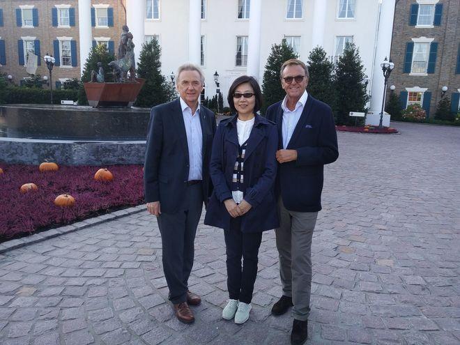 Shao Xiaoyun, Vice President der Shanghai Shendi Group, mit Jürgen (links) und Roland (rechts) Mack. Bild: Europa-Park