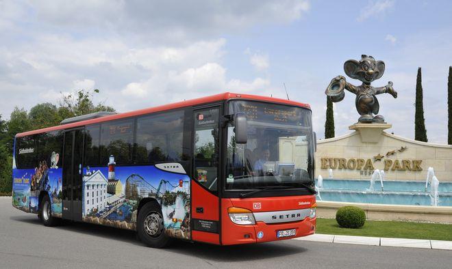 Einer der Europa-Park-Busse, die direkt vor dem Parkeingang halten. Bild: Europa-Park