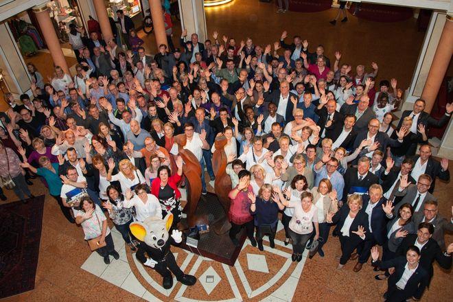 """Geballte Erfahrung: die Jubilare freuen sich in der Lobby des 4-Sterne Hotels """"Colosseo"""". Bild: Europa-Park"""