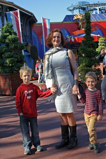 Irene Fischer mit ihren Enkeln im Europa-Park. Bild: Europa-Park