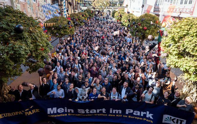 Hoch die Hände – Semester-Start: rund 600 Erstsemester freuen sich in der Deutschen Allee des Europa-Park über den tollen Beginn ihres Studenten-Lebens . Bild: Europa-Park