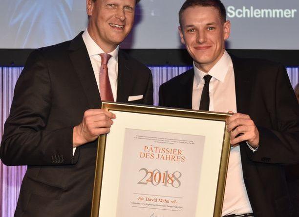 Johannes Großpietsch, Geschäftsführer Busche, übergibt David Mahn die Urkunde zum Pâtissier des Jahres 2018. Foto: BrauerPhotos / G.Nitschke für BUSCHE