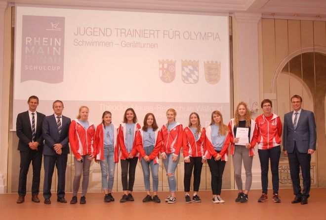 Auszeichnung der Mädchen-Schwimmmannschaft (WK III2) der Theodor-Heuss-Realschule Walldorf . Bild: Europa-Park