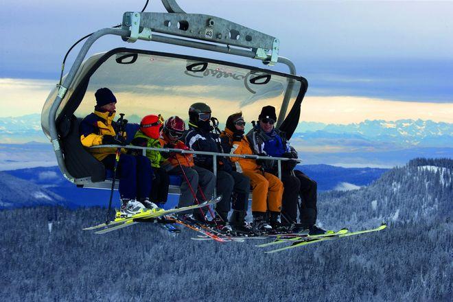 Mit 1493 Metern ist der Feldberg der höchste Gipfel des Schwarzwaldes. Er liegt im Süden der Ferienregion. Das Gebiet rund um den Feldberg ist das größte zusammenhängende Skigebiet des Schwarzwaldes für Alpinfahrer, Snowboarder und Snowkiter. Beeindruckend ist das Alpenpanorama. - Foto: © Achim Mende Schwarzwald Tourismus/akz-o