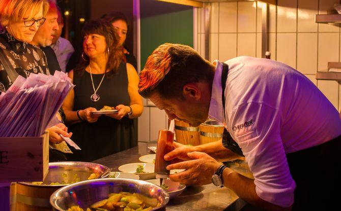 Mike Süsser in seinem Element: Mit äußerster Sorgfalt bereitet der Spitzenkoch den Gästen das Essen zu. Bild: Europa-Park