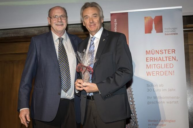 Europa-Park Inhaber Jürgen Mack (rechts) mit dem Vorstandsvorsitzenden des Münsterbauvereins e.V. Dr. Sven von Ungern-Sternberg. Bild: Europa-Park