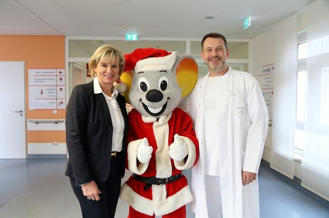 Schirmherrin Mauritia Mack und Chefarzt Dr. Stefan Stuhrmann gemeinsam mit Ed Euromaus in der Kinderklinik Ortenau. Bild: Europa-Park