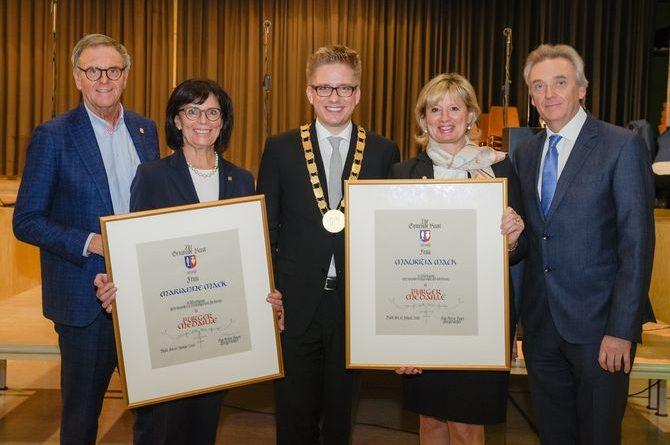Bürgermeister Kai-Achim Klare (Mitte) gemeinsam mit Familie Mack. Bild: Europa-Park