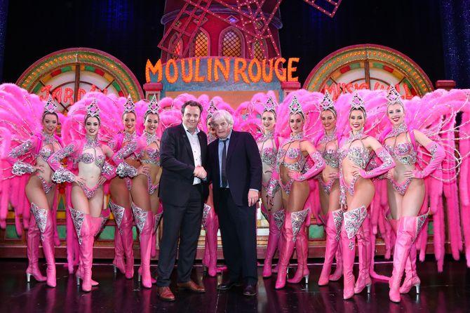 """Auf eine gute Partnerschaft: Michael Mack (links) und Jean-Jacques Clerico auf der Bühne des """"Moulin Rouge"""" in Paris. Bild: Europa-Park"""