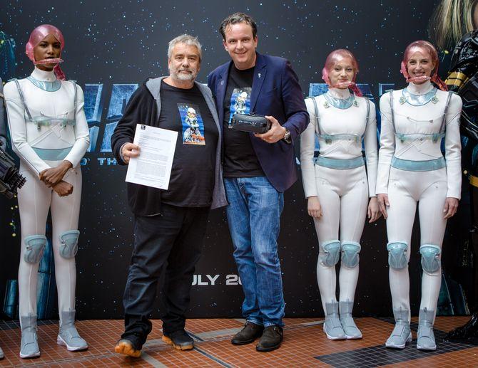 Auf eine gute Partnerschaft: Luc Besson (links) und Michael Mack nach der Vertragsunterzeichnung in Paris. Bild: Europa-Park