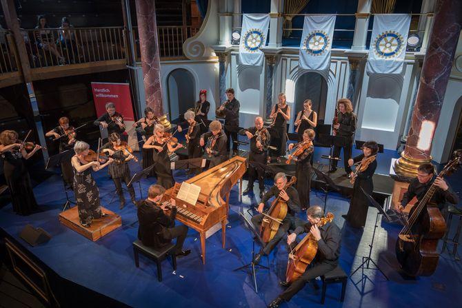Über 300 musikbegeisterte Zuhörer lauschten dem renommierten Freiburger Barockorchester (FBO) unter der künstlerischen Leitung des Hammerklavierspezialisten Kristian Bezuidenhout im Globe Theater. Bild: Europa-Park