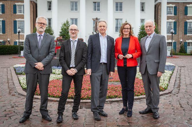 Staatssekretärin Katrin Schütz mit Europa-Park Inhaber Jürgen Mack (Mitte) sowie Vertretern der deutschen und französischen Arbeitsagenturen. Bild: Europa-Park