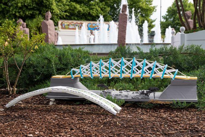 """Die Sieger-Brücken """"The Glassbridge"""" aus Vaihingen an der Enz (vorne) und """"The bridge over troubled water"""" aus Ochsenhausen-Reinstetten. Bild: Europa-Park"""