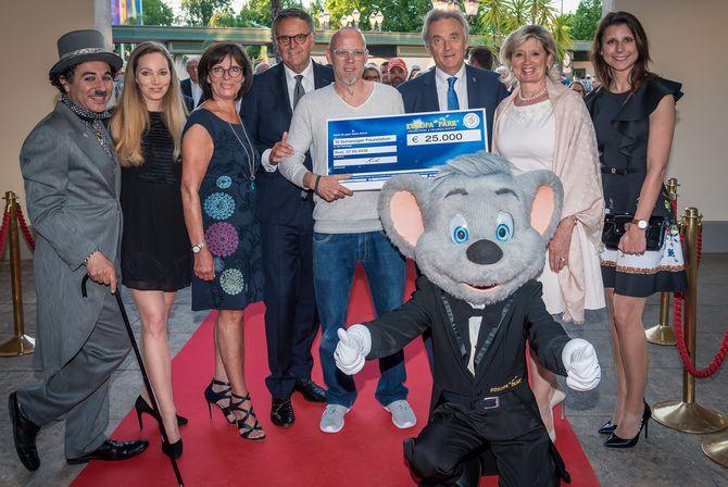 Julia Fleschenberg (Eagles) und die Familie Mack überreichen den Scheck für die Til Schweiger Foundation an Thomas D. Bild: Europa-Park