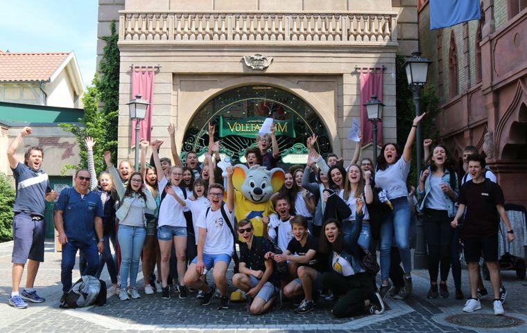 """Die Schüler der Seconde M des Lycée Jean Jacques Henner aus Altkirch sind die diesjährigen Rechenkönige von """"Mathematik ohne Grenzen"""" im Europa-Park. Bild: Europa-Park"""