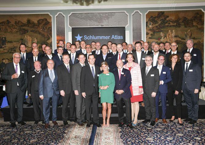 Hoteldirektorin Michaela Doll-Lämmer inmitten der Top50 Hoteliers - Foto:  Busche  Verlagsgesellschaft