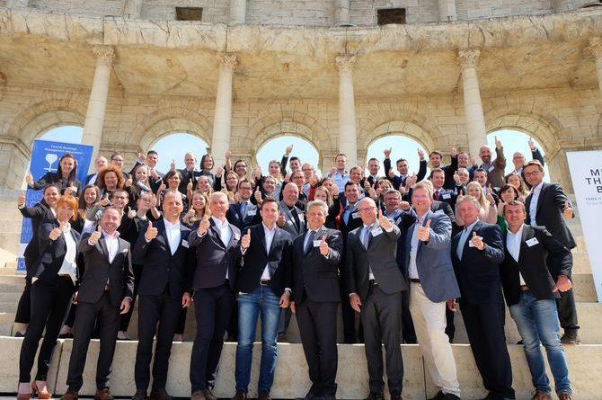 """Die Teilnehmer des vierten Mentoren-Symposiums auf dem Kolosseumbogen des 4-Sterne Superior Hotels """"Colosseo"""" des Europa-Park. Bild: Europa-Park"""
