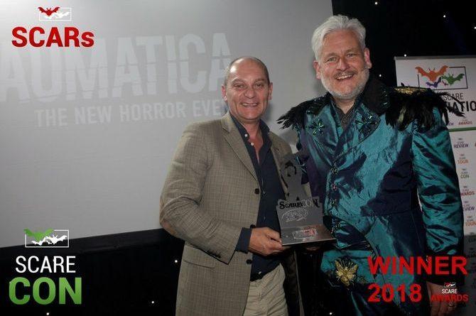 Michael Bolton überreicht den Award für die Horror Nights - Traumatica an Ian Jenkins, Casting Director Project Development Europa-Park. Bild: Europa-Park