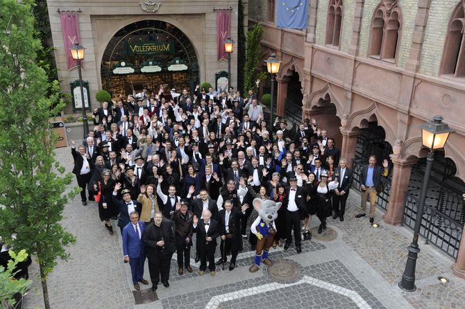 Zahlreich: 120 Teilnehmer aus 17 Ländern tauschten sich zu den Trends der Zukunft aus - hier vor dem Voletarium und kurz vor einer Abendveranstaltung im Ballsaal Berlin. Bild: Europa-Park