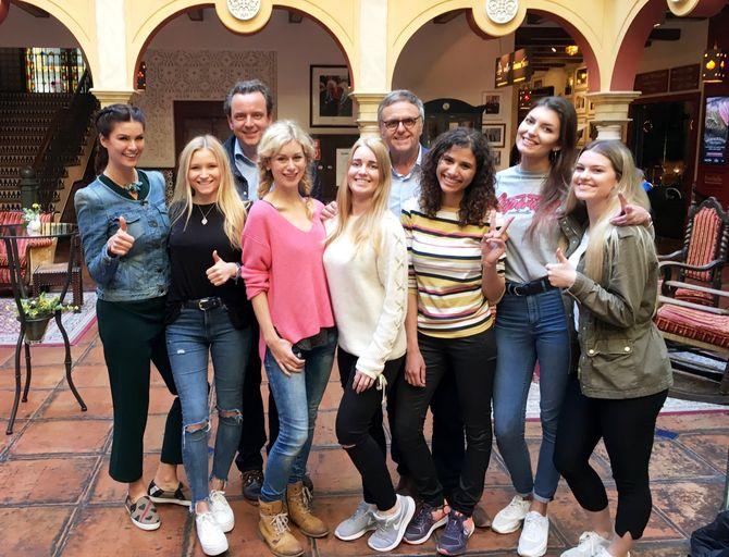 Die Geschäftsführer Roland (rechts hinten) und Michael Mack (links hinten) mit den Kandidatinnen für das Rollercoaster Girl. Bild: Europa-Park