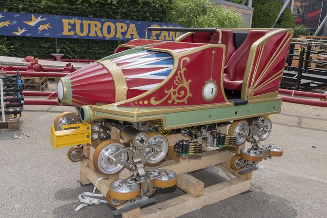 """Die erste von sieben Loks des neuen """"Eurosat - CanCan Coaster"""" wurde Ende Juni im Europa-Park angeliefert...  (Bild: Europa-Park)"""
