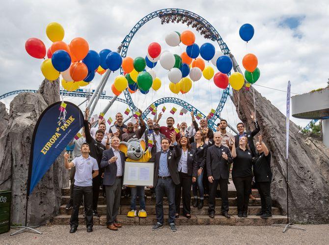 Zusammen mit Jürgen Mack, Inhaber Europa-Park, und Matthias Kirch, Direktor Human Resources, lassen die Mitarbeiter ihre Wünsche in den Himmel steigen. Bild: Europa-Park
