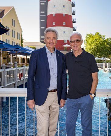 Franz Beckenbauer mit Jürgen Mack vor dem Leuchtturm des Hotels Bell Rock. Bild: Europa-Park