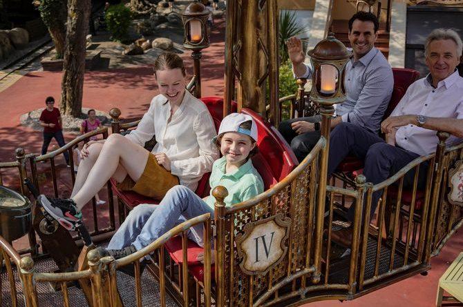 """Die Herren Mack genießen die Fahrt mit Laurent und seiner Mutter Lydia in """"Volo da Vinci"""". Bild: Europa-Park"""
