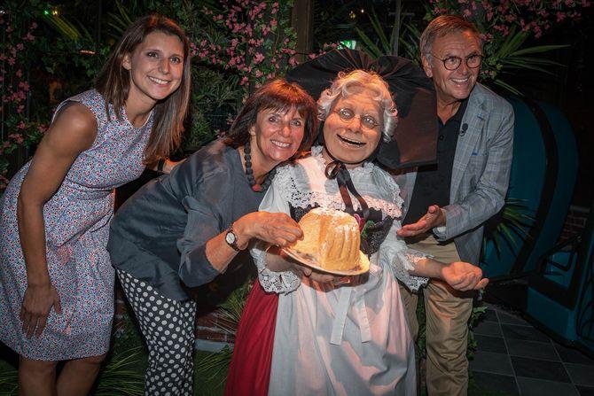 Ann-Kathrin, Marianne und Roland Mack mit Madame Freudenreich und ihrem Gugelhupf. Bild: Europa-Park