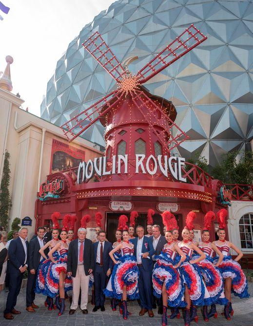 """Die Europa-Park Inhaberfamilie Mack eröffnet mit Jean-Jacques und Jean-Victor Clerico vom """"Moulin Rouge"""" (6. & 7. v.l.) die neue Attraktion """"Eurosat - CanCan Coaster"""". Bild: Europa-Park"""