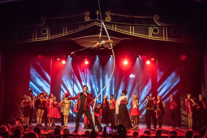 Furioser Auftakt der großen Abschlussshow im Europa-Park Teatro. Bild: Europa-Park