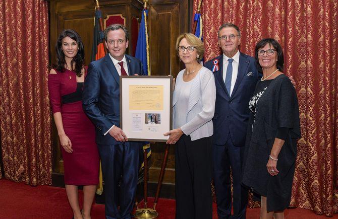 Michael Mack mit seiner Ehefrau Miriam, der französischen Botschafterin Anne-Marie Descôtes sowie seinen Eltern Roland und Marianne Mack. Bild: Europa-Park