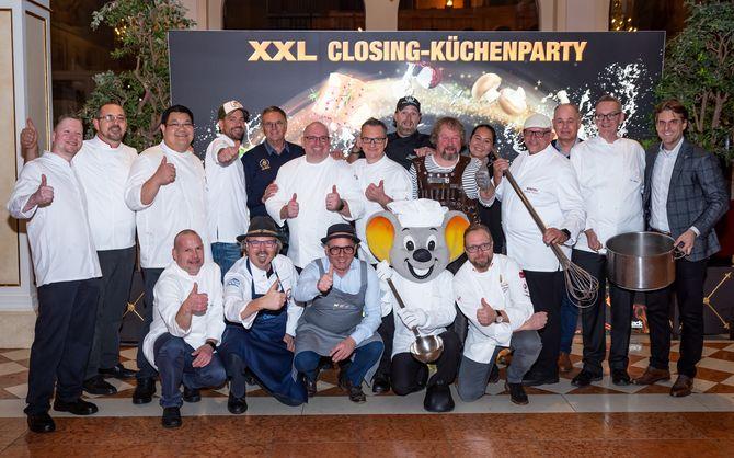 """Es ist angerichtet: Thomas Mack (Geschäftsführender Gesellschafter Europa-Park, rechts außen) freut sich mit den Koch-Koryphäen auf die """"XXL Closing-Küchenparty"""". Bild: Europa-Park"""