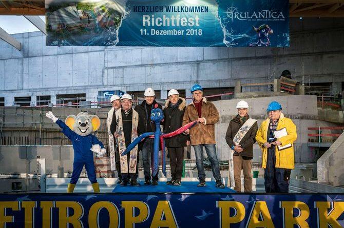 """Michael, Jürgen und Roland Mack (Mitte) freuen sich über den gerade erteilten Segen für die neue Wasserwelt """"Rulantica"""". Das Richtfest fand am 11. Dezember 2018 statt. Bild: Europa-Park"""