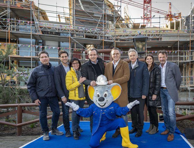 Die Europa-Park Inhaberfamilie Mack freut sich mit ihren Mitarbeitern und Ed Euromaus auf die Eröffnung des beliebten Themenbereichs. Bild: Europa-Park