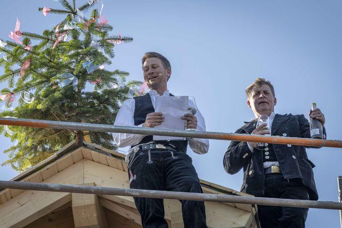 Traditioneller Richtspruch: Michael Schönleber (links) und Stefan Kindl von der Zimmerei Ferdinand Kindle GmbH aus Lahr. Bild: Europa-Park