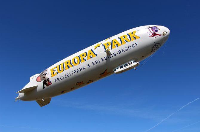 Der Europa-Park Zepplin fliegt durch den blauen Himmel - Foto: Deutsche Zeppelin Reederei