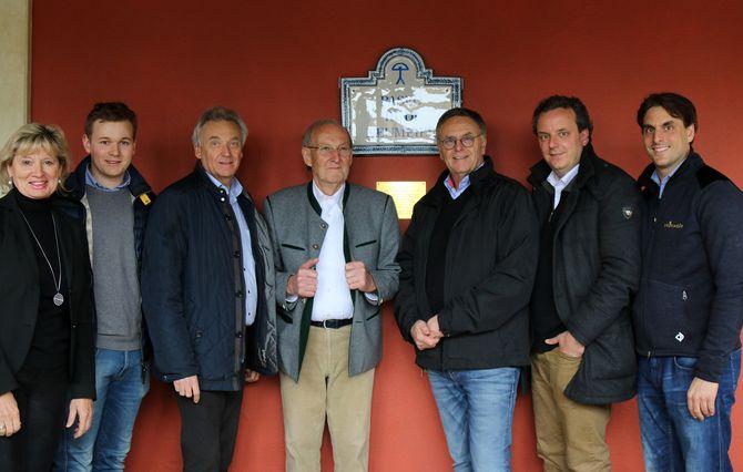"""Die Familie Mack bedankt sich für über 30 Jahre enge Zusammenarbeit und schenkt zum 80. Geburtstag die """"Paseo Rudi Neumeier"""". Bild: Europa-Park"""
