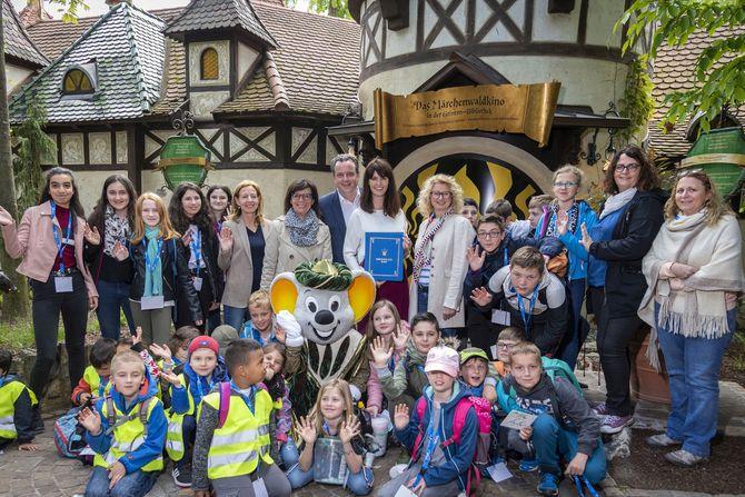 Die Kinder waren von der Märwertstunde mit Miriam Mack (hinten Mitte) in Grimms Märchenwald des Europa-Park begeistert. Bild: Europa-Park