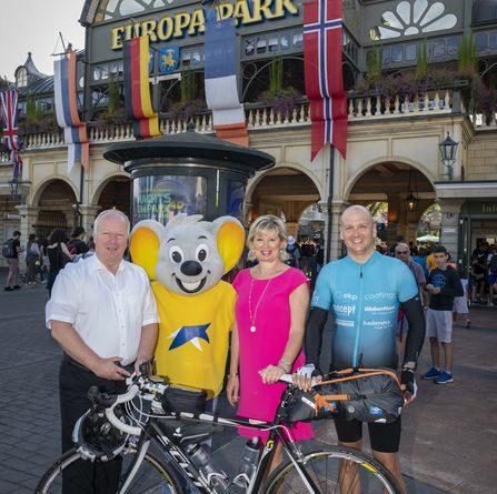 Der Bundestagsabgeordnete Peter Weiß und Mauritia Mack mit Andreas Eckermann bei seinem Stopp im Europa-Park. Bild: Europa-Park