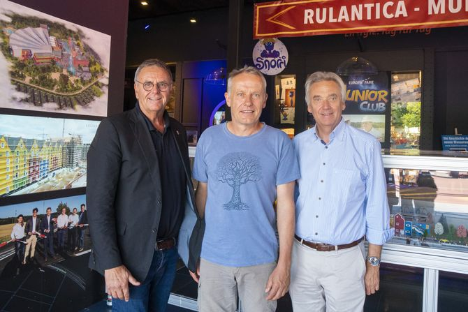 Roland und Jürgen Mack zeigten Christian Streich die neue Wasserwelt Rulantica, die Ende November ihre Tore öffnet.  Bild: Europa-Park