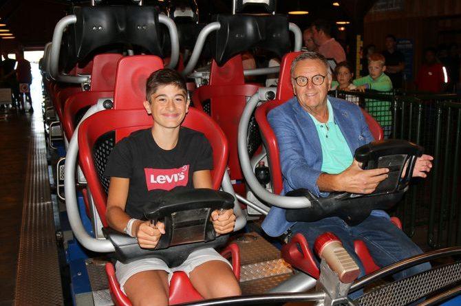 Simon Schneider ist sichtlich begeistert von der Achterbahnfahrt mit Europa-Park Inhaber Roland Mack. Bild: Europa-Park