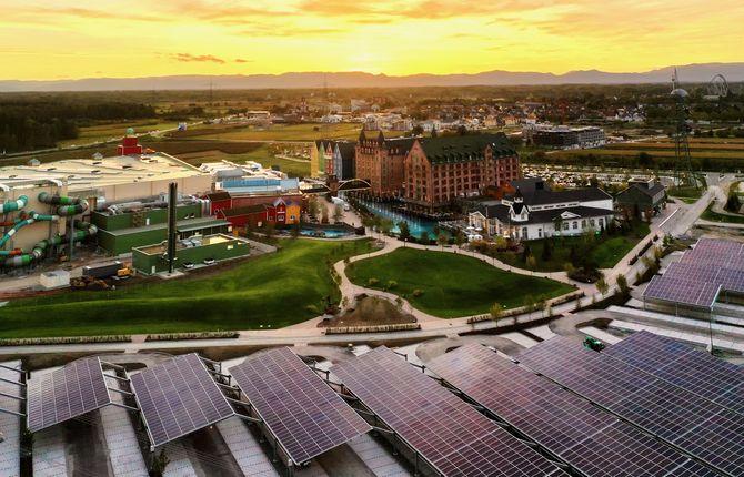 3.000 Solarmodule auf dem Parkplatz der neuen Wasserwelt Rulantica produzieren Ökostrom für den Eigenbedarf. Bildquelle: Dr. Michael Thoma