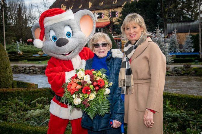 Mauritia Mack und Ed Euromaus begrüßen die 100-jährige Maria Edeltrude Schies herzlich bei ihrem ersten Besuch im Europa-Park. Bild: Europa-Park