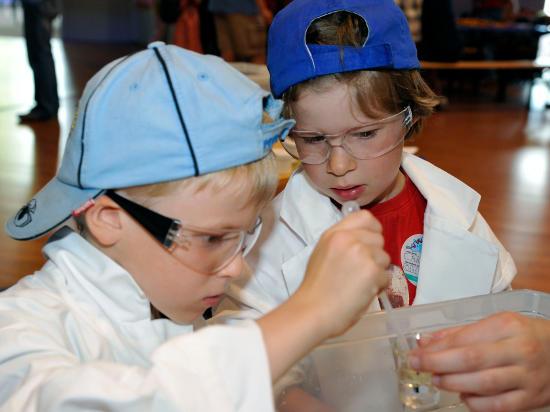 Genau hinschauen bei den Science Days für Kinder. Bild: Europa-Park