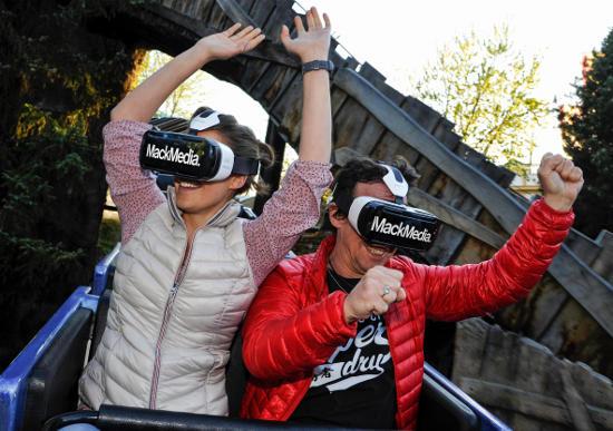 """Mit den """"Virtual Reality Brillen"""" erleben die Besucher eine auf die Attraktion perfekt abgestimmte Animation. Bild: Europa-Park"""