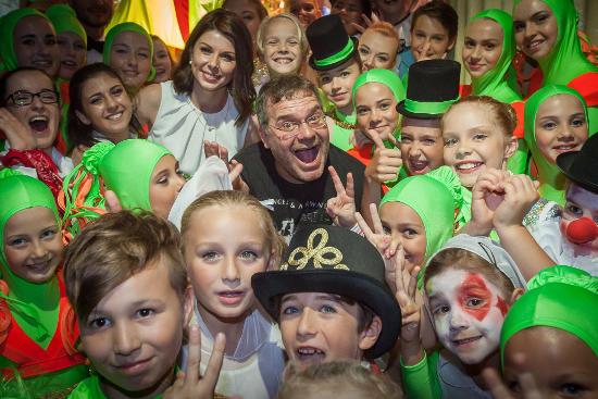 Der beliebte TV-Star Elton feiert gemeinsam mit Katja Mack, Leiterin der Europa-Park Talent Academy, und ihren Sprösslingen die großartige Show. Bild: Europa-Park